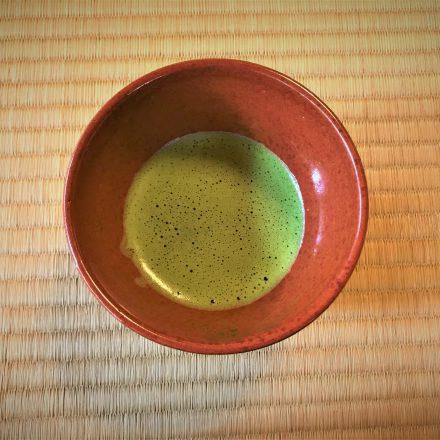 宝厳院で紅葉を観ながら抹茶をいただく格別の秋